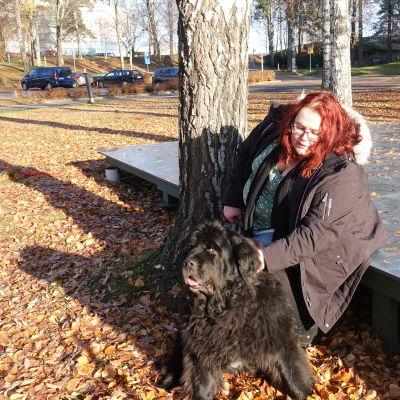 Pia Alarto är erfarenhetsexpert gällande psykisk hälsa, här med hunden Eevi.