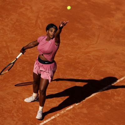Serena Williams syöttää massakentällä.