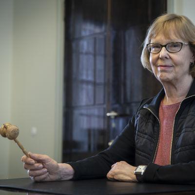 Annika Lapintie (Vf) håller i ordförandeklubban för grundlagsutskottet en sista gång.
