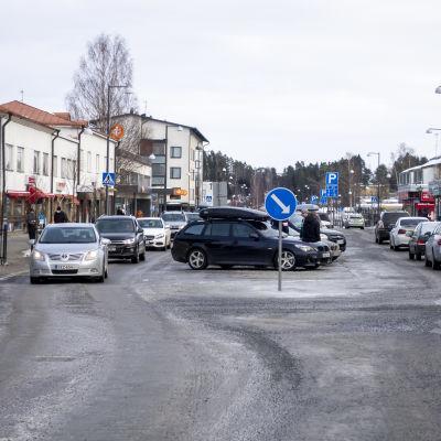 Autoliikennettä Jämsän Keskuskadulla.