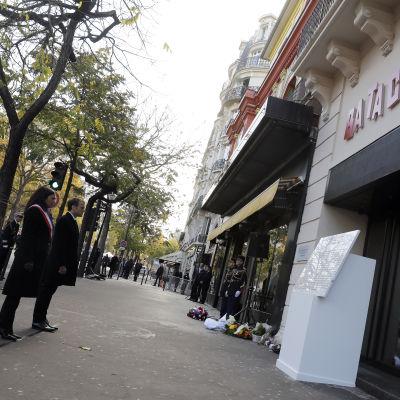 Frankrikes president Emmanuel Macron och Paris borgmästare Anne Hidalgo hedrar offren för terrorattentaten utanför konsertlokalen Bataclan.