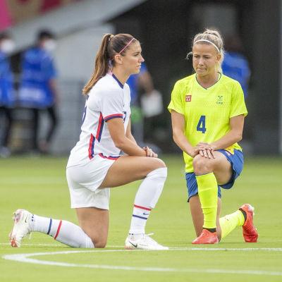 USA:n Alex Morgan ja Ruotsin Hanna Glas polvistuivat ennen ottelun alkua.