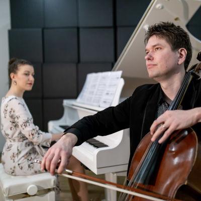 Pianisti Nazig Azezian (vas) ja sellisti Jussi Makkonen, Keskustakirjasto Oodi, 28.2.2019.