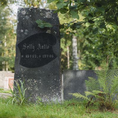 Selly Aallon hautakivi Jyväskylän vanhalla hautausmaalla.