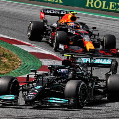 Sergio Perez ja Valtteri Bottas Itävallan F1-osakilpailussa.