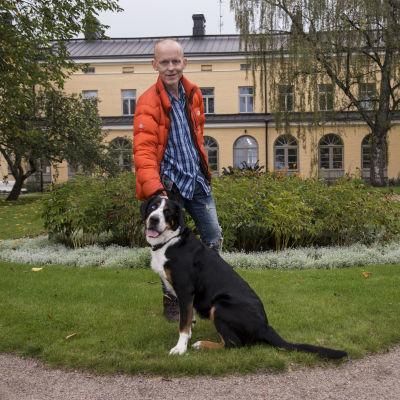 Henkilökuvassa näyttelijä Marcus Groth ja hänen koiransa.