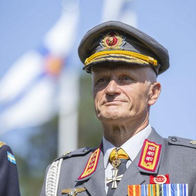 Porträtt på Timo Kivinen i sin uniform.