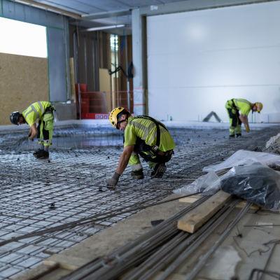 byggarbetare som befinner sig på ett ofärdigt golv