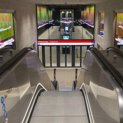 Liukuportaat Niittykummun metroasemalla.