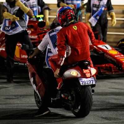 Kimi Räikkönen sitter på en skoter.