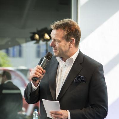 Jan Vapaavuori julkisti Helsinki-päivänä Lokki-taideteoksen Tennispalatsin pohjois-päädyssä.