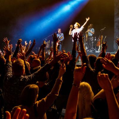 Yleisöä Ismo Alangon konsertissa.