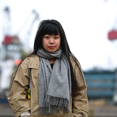 Porträtt på Minori Yoshida som står i en hamn i Helsingfors