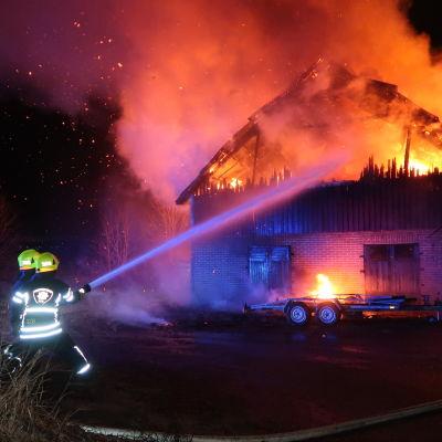 Brinnande ladugård i Vanda