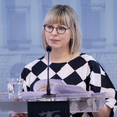 Social- och hälsovårdsminister Aino-Kaisa Pekonen presenterar socialskyddsreformen.