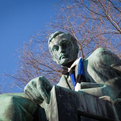 100-vuotiasta Viroa onniteltiin kietomalla helsinkiläispatsaille sinimustavalkoiset huivit