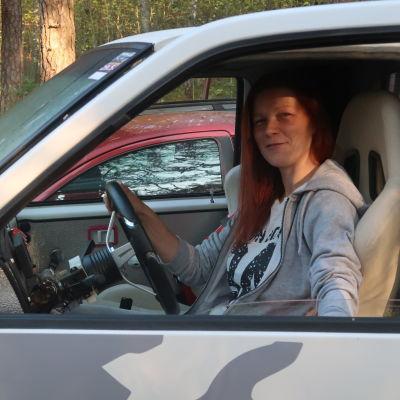 Heidi Sten i framsätet på sin vita terrängbil.