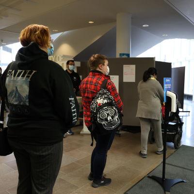 Opiskelijat jonottavat koronarokotukseen Itä-Suomen yliopiston Joensuun kampuksen aulassa.