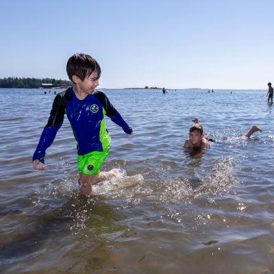 Lapsia uimassa rantavedessä, Lauttasaaren uimaranta, Helsinki, 18.7.2018.