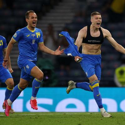 Artem Dovbyk juhlii Ukrainan voittomaalia Ruotsia vastaan.