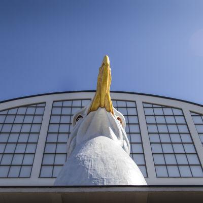 Helsinki-päivänä julkistettiin LOKKI-taideteos Tennispalatsin pohjois-päädyssä.