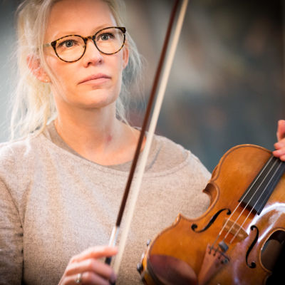 Linda Lampenius soittaa viulua Iitin musiikkijuhlilla.