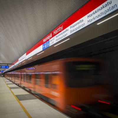 En metro som lämnar stationen i Mattby