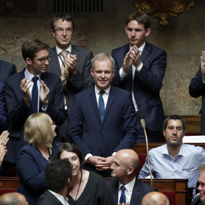 Francois de Rugy (i mitten) efter att ha blivit vald till chef för chef för själva Nationalförsamlingen. François Ruffin nere till höger utan kavaj.