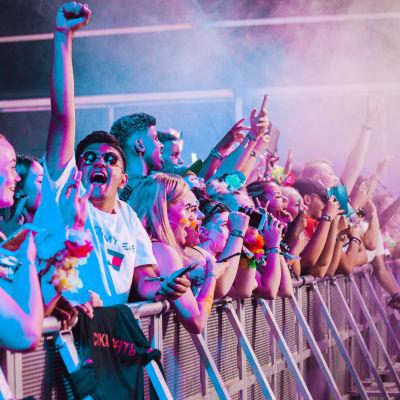 Yleisöä Weekend Festivalilla.