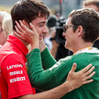 Charles Leclerc kramar om en kvinna.
