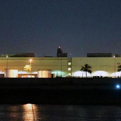 Valaistu Yhdysvaltain suurlähetystörakennus.