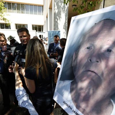 Poliisi ja toimittajia. Etualalla sarjamurhaajan valokuva.