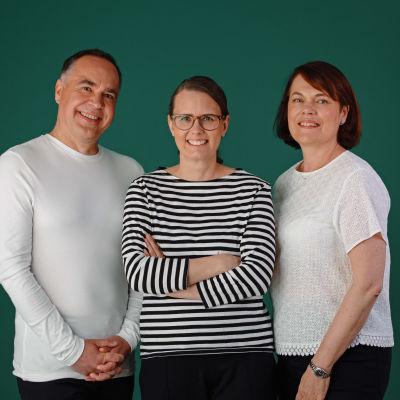 Jens, Jenny och Martina står bredvid varandra mot en grön bakgrund.