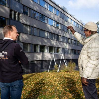 Kimmo Karvinen (vas.) ja Pertti Närhi (oik.) katsovat 60-luvulla rakennettua kerrostaloa