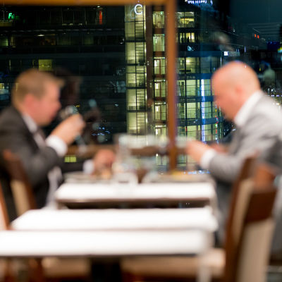 Kaksi anonyymia pukumiestä illalla syömässä, Ravintola Loiste, Hki, 17.10.2016.
