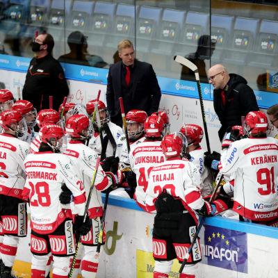 Risto Dufva ger instruktioner åt Vasa Sports avbytarbänk.