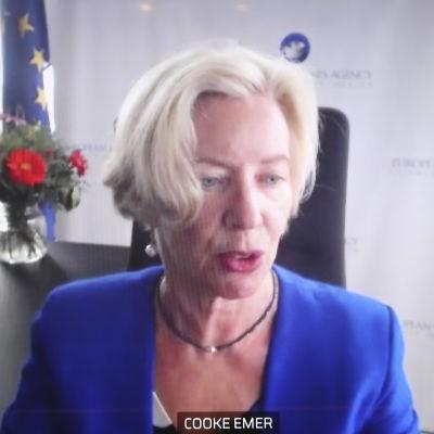 Emer Cooke på presskonferensen.