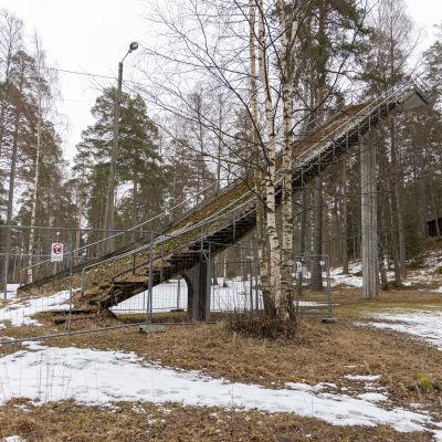 Huhtiniemen vanha betoninen hyppyrimäki.