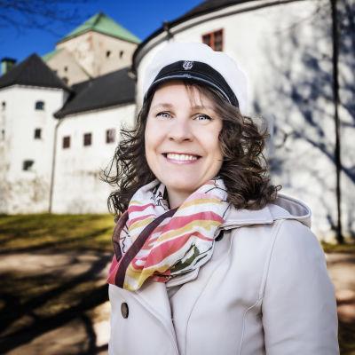 Maria Nylund utanför Åbo slott