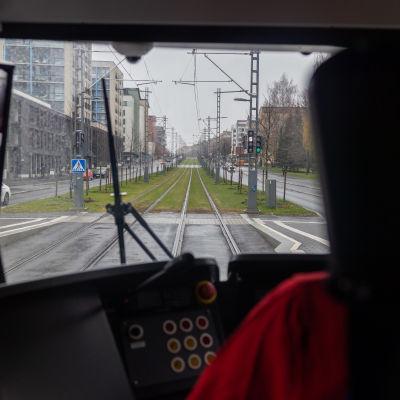 Raitiovaunukuljettajan näkymä kohti rataa