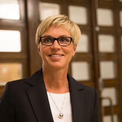 Veronica Rehn-Kivi tittar åt sidan och ler.