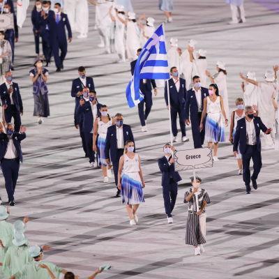 Grekiska idrottare tågar in på arenan.