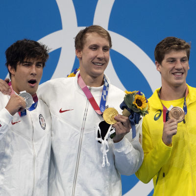 Chase Kalisz, Jay Litherland ja Brendon Smith palkintokorokkeella.