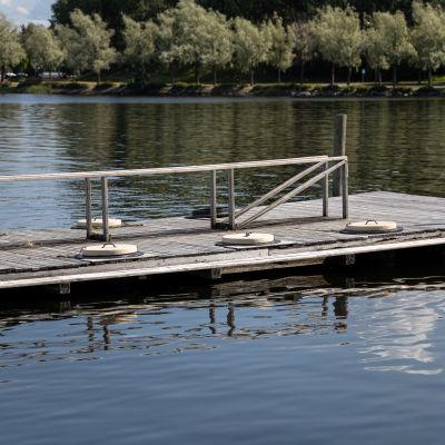 Suljettu matonpesulaituri Lappeenrannan Halkosaaressa. Laituri kelluu vedessä ja seisontatynnyreiden kannet ovat paikallaan.