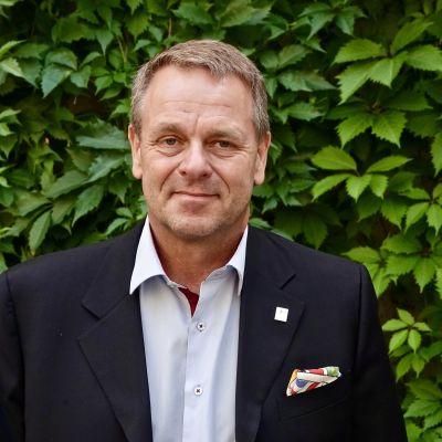 Jan Vapaavuori kuvattuna viherseinän edessä Helsingin kaupungintalon sisäpihalla.