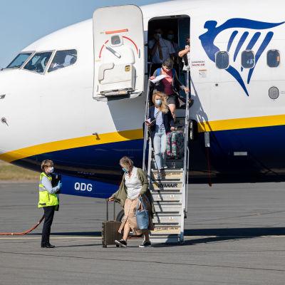 Matkustajia saapuu lentokoneesta Lappeenrannan lentoasemalle lentokoneesta.