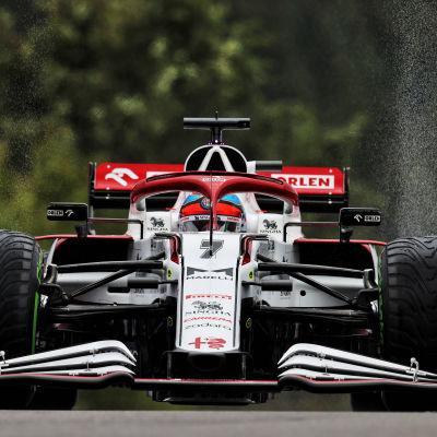 Kimi Räikkönen kör sin F1-bil.