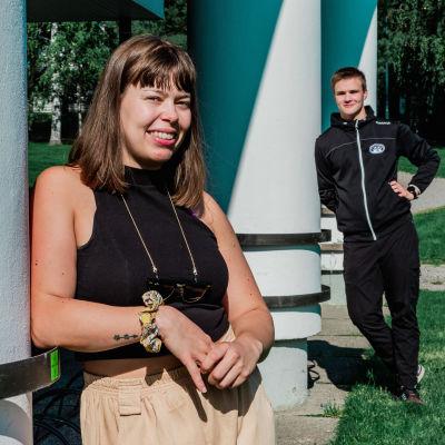 Hulda Rankanen ja Juho Lavonen nojaavat Liikunnan rakennuksen pylväisiin.