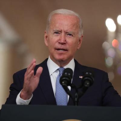 Man i mörk kostym bakom en mikrofon. President Joe Biden talar i Vita huset den 31 augusti 2021.