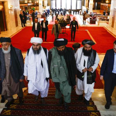 Talibanernas chefsförhandlare Sher Mohammad Abbas Stanikzai (andra från vänster) och Abdul Ghani Baradar (andra från höger) spelar ledande roller i talibanernas kommande styre i Afghanistan. Bilden är från förhandlingar i våras i Moskva.